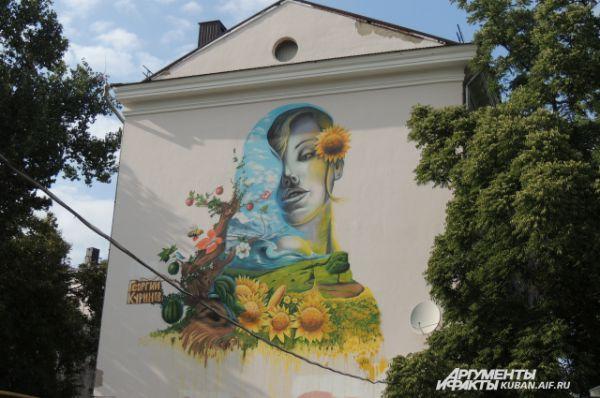 Фантастическая барышня с подсолнухами вышла из-под кисти художника Георгия Куринова в 2013 году. Символ юности, свежести и весны можно увидеть на стене здания по адресу ул. Красная, 206.