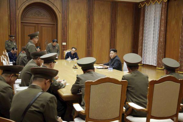 Северокорейский лидер Ким Чен Ын выступает на экстренном заседании Рабочей партии Кореи (ТПК) Центрального военного совета.