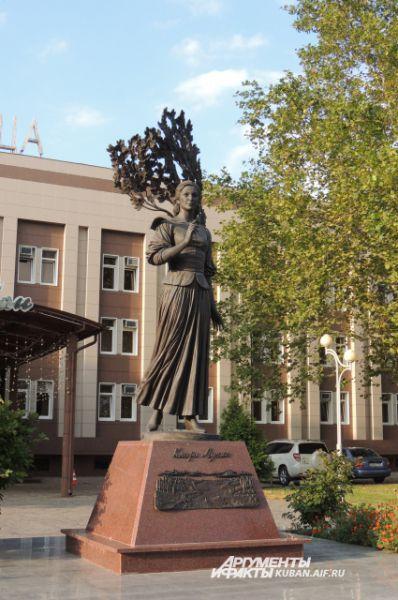 Клару Лучко на кубанской земле любят за роль казачки Даши Шелест в фильме «Кубанские казаки». Памятник великой актрисе установлен на улице Постовая.