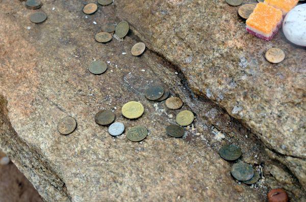 Монеты рядом со столбами обо на Шаманке.