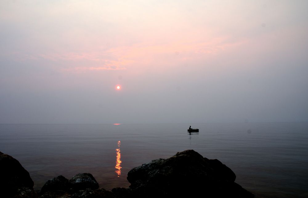 Одинокий рыбак.