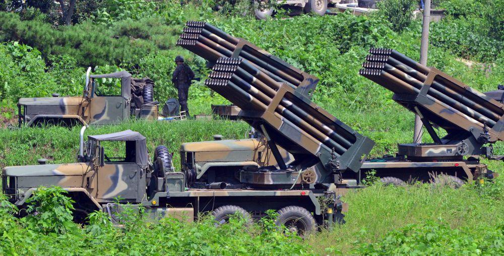 Южнокорейские системы залпового огня, направленные в сторону КНДР.