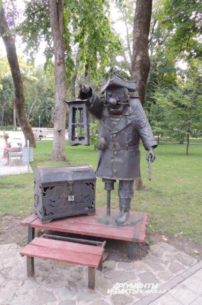 Забавная фигура одноногого пирата, - одна из любимых малых архитектурных форм взрослых и детей, которые отдыхают в Городском саду.