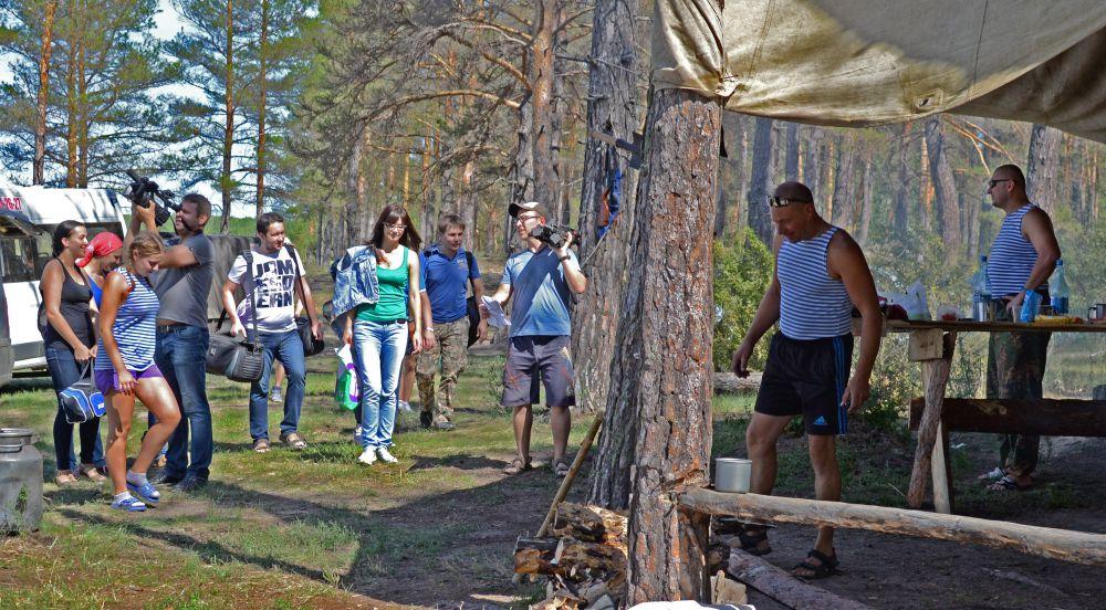 Следуя по карте, группа наткнулась на лагерь военных.