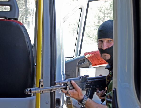 В самом начале приключения автобус захватили неизвестные люди в военной форме.