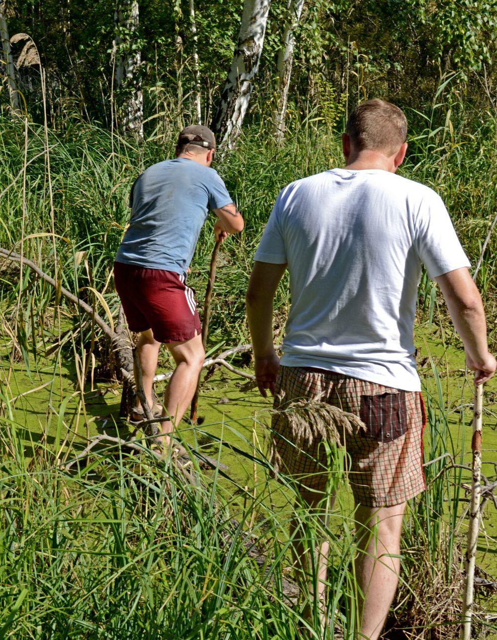 Пришлось переправляться через настоящее болото.