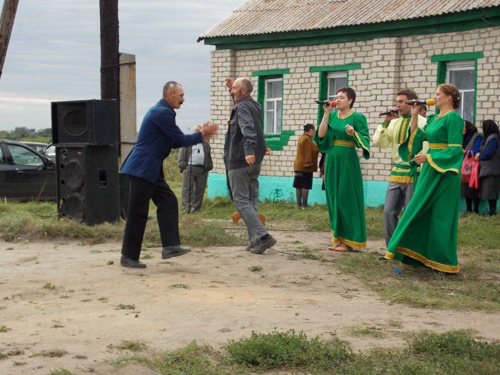 Такие вот деревенские посиделки в деревне Ивановка. Фото Хвостовой Наталии.