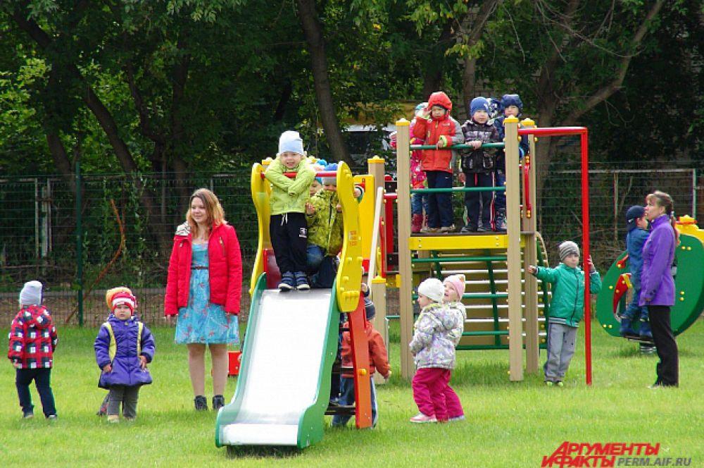 Игровая площадка при детском садике оборудована искусственным газоном.