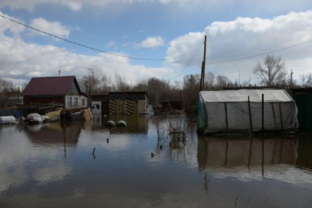 В Лобве вода отступила от жилых домов