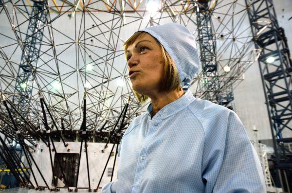 Начальник цеха крупногабаритных трансформируемых систем и антенно-фидерных устройств Елена Просвирина на фоне