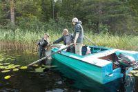 Сотрудники парка отбираю пробы планктона на озере Большое Выгозеро