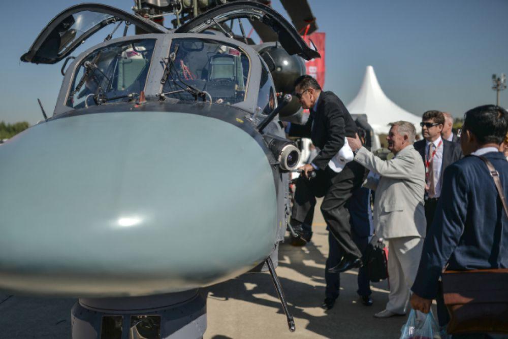 Посетители выставки осматривают вертолет Ка-52.