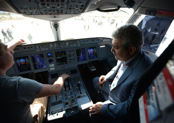 Вице-президент Ирана Сорену Саттари (слева) в кабине самолета МС-21.