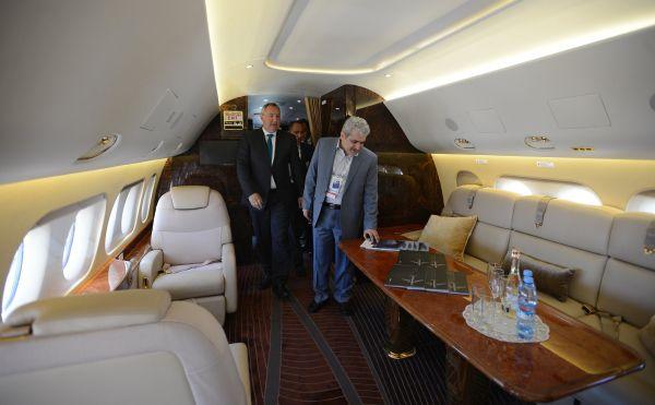 Заместитель председателя правительства РФ Дмитрий Рогозин (слева) и вице-президент Ирана Сорену Саттари в салоне пермиум-класса самолета Sukhoi Superjet 100.