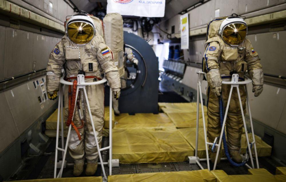 Тренажеры в салоне самолета ИЛ-76 МДК, предназначенного для подготовки космонавтов.