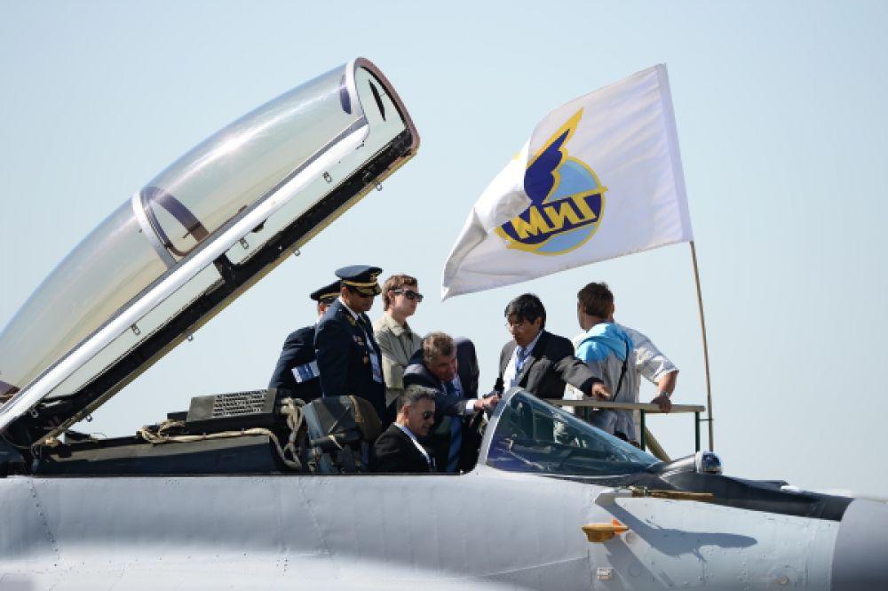 Посетители осматривают экспозицию Российской самолетостроительной корпорации Миг.