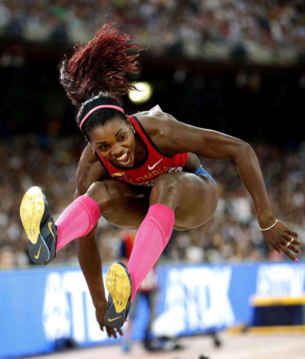 Катерин Ибаргуэн из Колумбии во время очередной попытки в тройном прыжке.