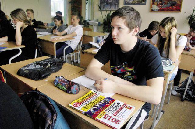 В сентябре выпускники школ, которые завалили обязательные предметы, смогут их пересдать.