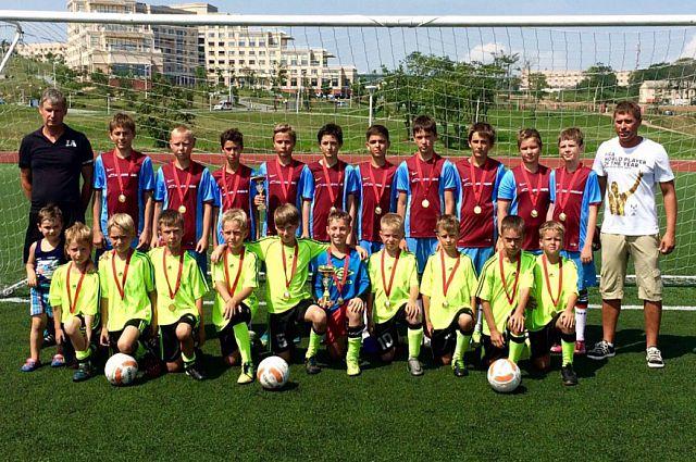 Приморские мальчишки с удовольствием гоняют мяч и участвуют в соревнованиях.
