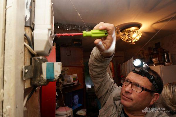 Электромонтер выявил самовольное подключение у одного из должников в доме по ул. Мира, 22.