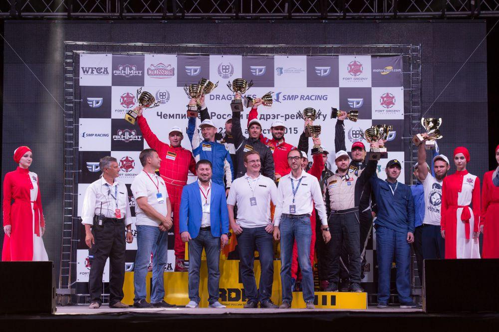 Победители и судьи четвертого этапа Чемпионата России по дрэг-рейсингу.