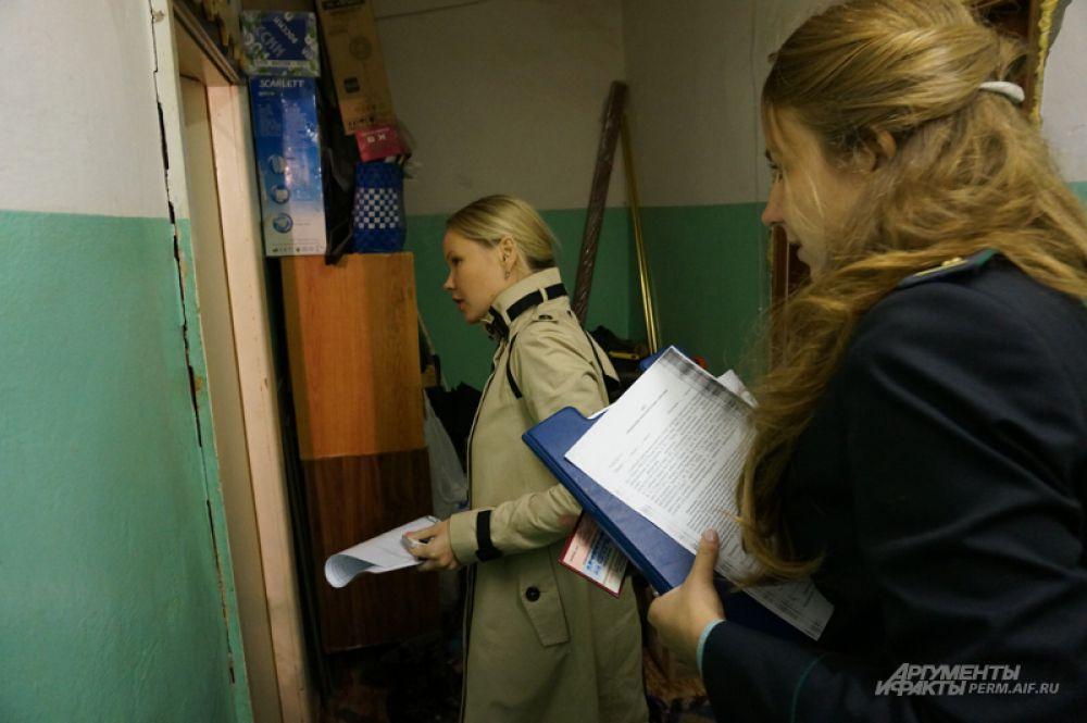 Специалисты «Пермэнергосбыта» и судебные приставы пришли в квартиру, хозяйка которой не платила за свет больше года.