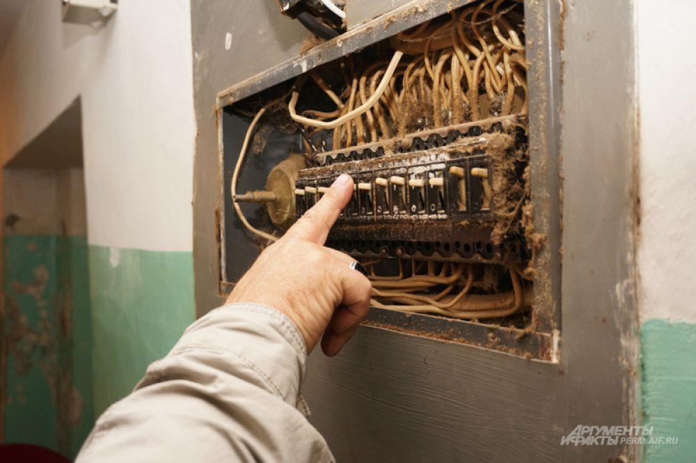 Самовольное подключение - это не только незаконно, но и очень опасно. Это причина замыканий и пожаров. А доморощенный электрик может получить удар током.