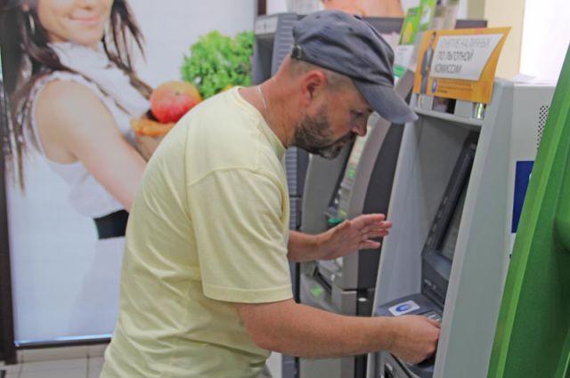 Преступник украл банковскую карту и обналичил сбережения.