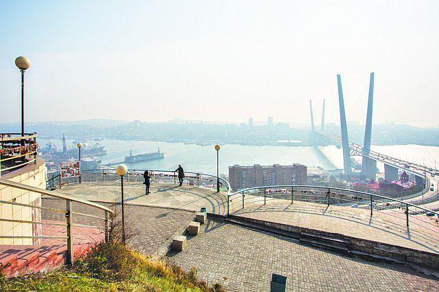 Теперь пешеходы могут смотреть на Золотой мост лишь издалека.