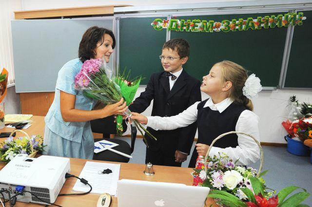Деньги, которые школьники потратят на цветы для учителей, можно направить на помощь детям.