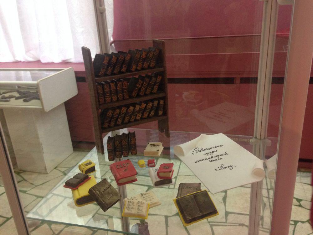 Миниатюрные шоколадные книги.