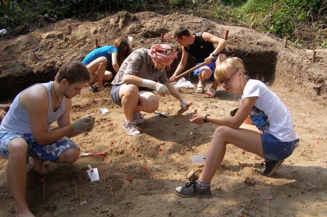 Археологи работают очень аккуратно, ведь у них под ногами - тысячелетняя история.