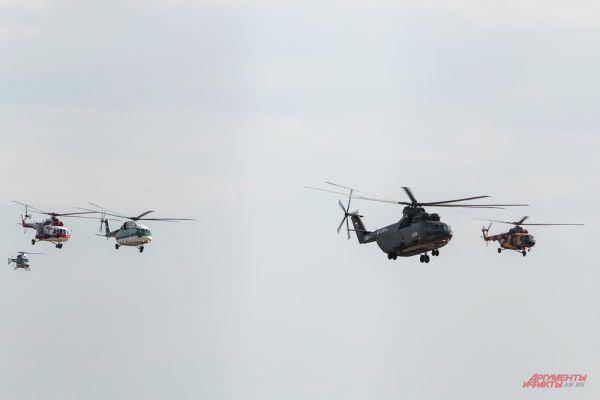 Показательный пролет группы вертолетов.