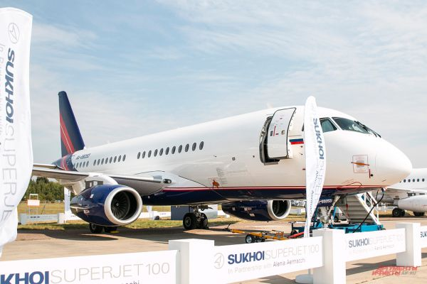 Самолет Sukhoi Superjet 100.