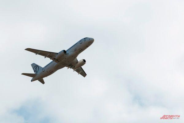 Самолет «Сухой Суперджет-100».