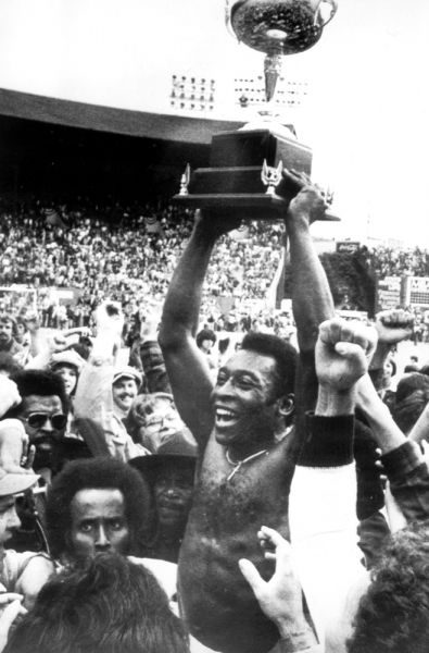 В 1970 году Пеле вошел в историю как единственный футболист, три раза становившийся чемпионом мира как действующий игрок.