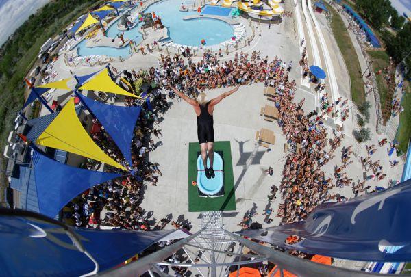 В 2005 году в Книгу Гинесса попал Даррен Тейлор, он же «Профессор Всплеск», который нырнул с высоты 10,3 м в бассейне с водой глубиной всего 30 см.