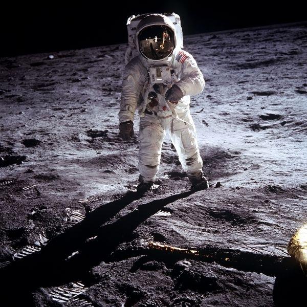 А в 1969-м на страницы издания попал астронавт Нил Армстронг, первым ступивший на Луну.