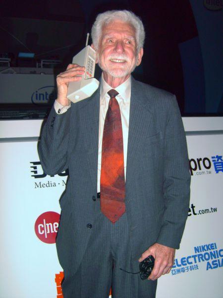 Мартин Купер – американский инженер и физик, известен как человек, совершивший первый звонок по сотовому телефону. Именно за это достижение он и попал в Книгу Гинесса в 1973 году.