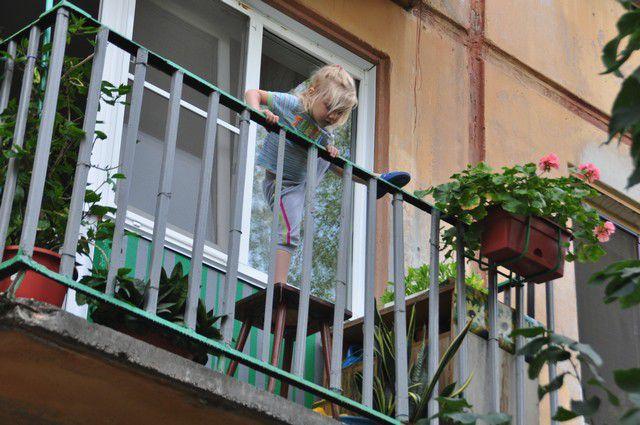 Маленькие брат с сестрой выпали с балкона третьего этажа сай.