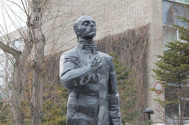 Памятник Осипу Мандельштаму во Владивостоке.