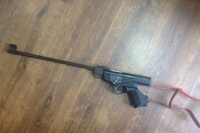 .  С места происшествия полицейские изъяли пневматический пистолет «ИЖ-55» с приделанным к нему самодельным прикладом.
