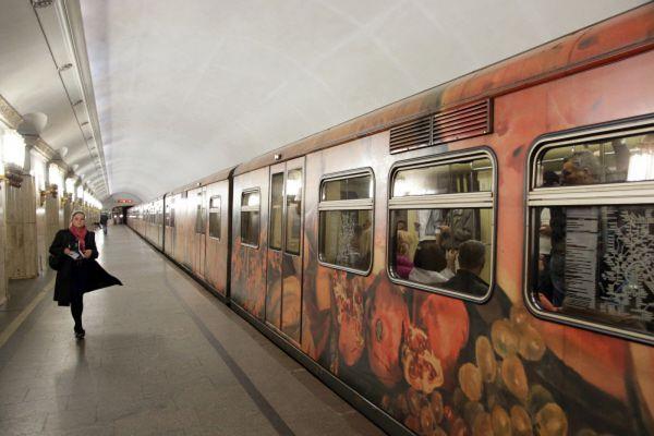 «Акварель» – первый именной поезд на Арбатско-Покровской линии, а также первый именной метропоезд, вагоны которого имеют конструктивные отличия от стандартных. Изначально представлял собой картинную галерею репродукций работ художника Сергея Андрияки и учеников его школы. Позже экспозиция неоднократно менялась. Все вагоны состава снаружи оклеены цветной плёнкой с изображениями цветов, фруктов, рек, деревьев. Запущен 1 июня 2007 года, в день Защиты детей.