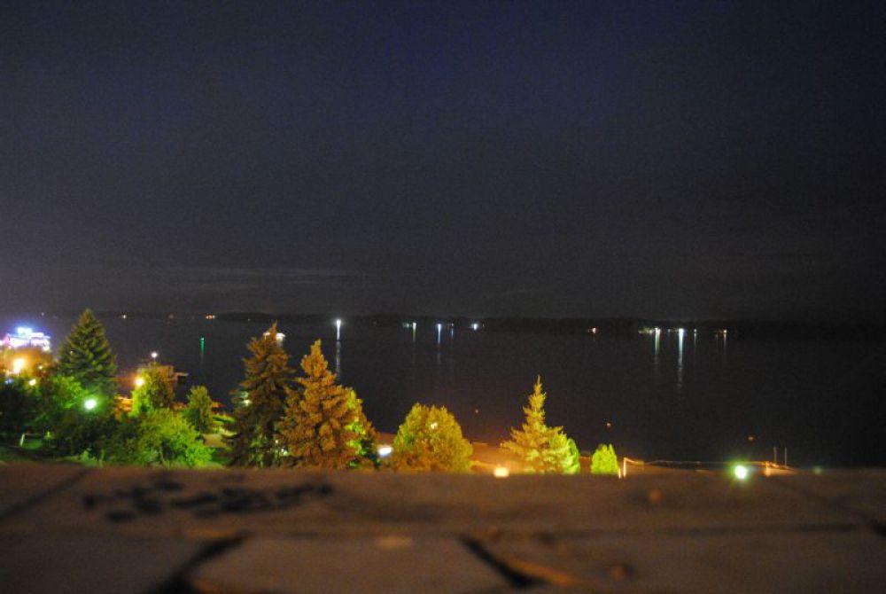 """А это такая в Самаре Волга. Скажете: """"Нет той широты""""? Но это еще не другой берег, а остров, за ним - снова Волга."""