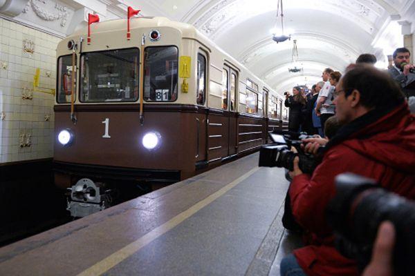 Ретропоезд «Сокольники» стилизован под первый поезд Московского метрополитена. Поезд выкрашен в цвета, характерные для метро 1930-х годов. Также переработан интерьер. Используются диваны из кожзаменителя, внутренняя обивка вагонов из негорючего пластика, стилизованного под линкруст, смонтированы характерные для первых поездов метро светильники-бра. Пущен 15 мая 2010 года, в день 75-летнего юбилея московского метро.
