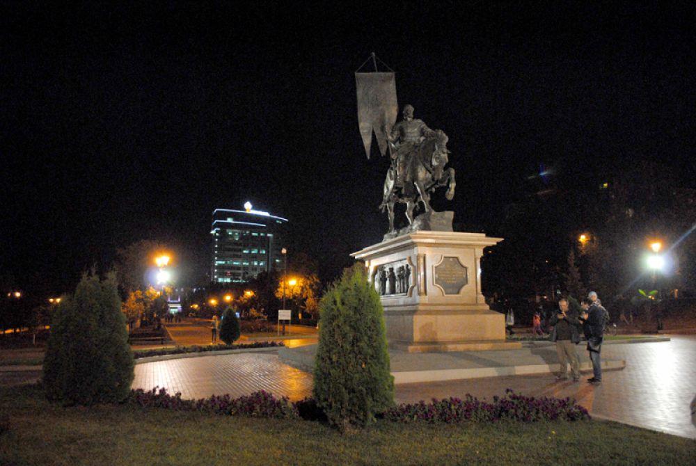 Памятник основателю города воеводе Засекину. Местные коллеги его ругают. Посмотрели бы они на памятник основателю нашего города боярину Хитрово!