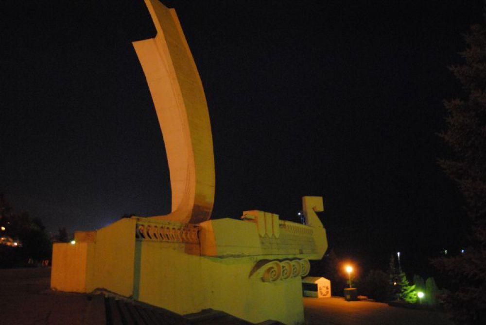 """Монумент """"Ладья"""" над набережной."""