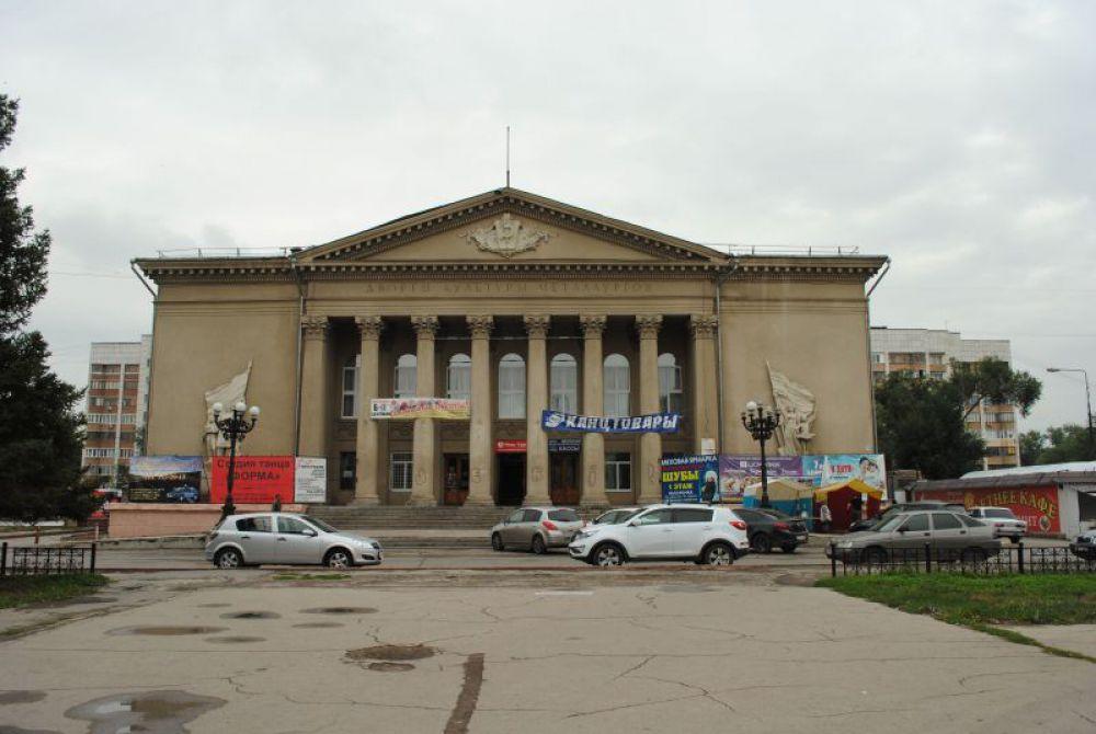 """Окрестности гостиницы оказались районом """"сталинок"""". Проспект Металлургов называется. А это ДК Металлургов."""