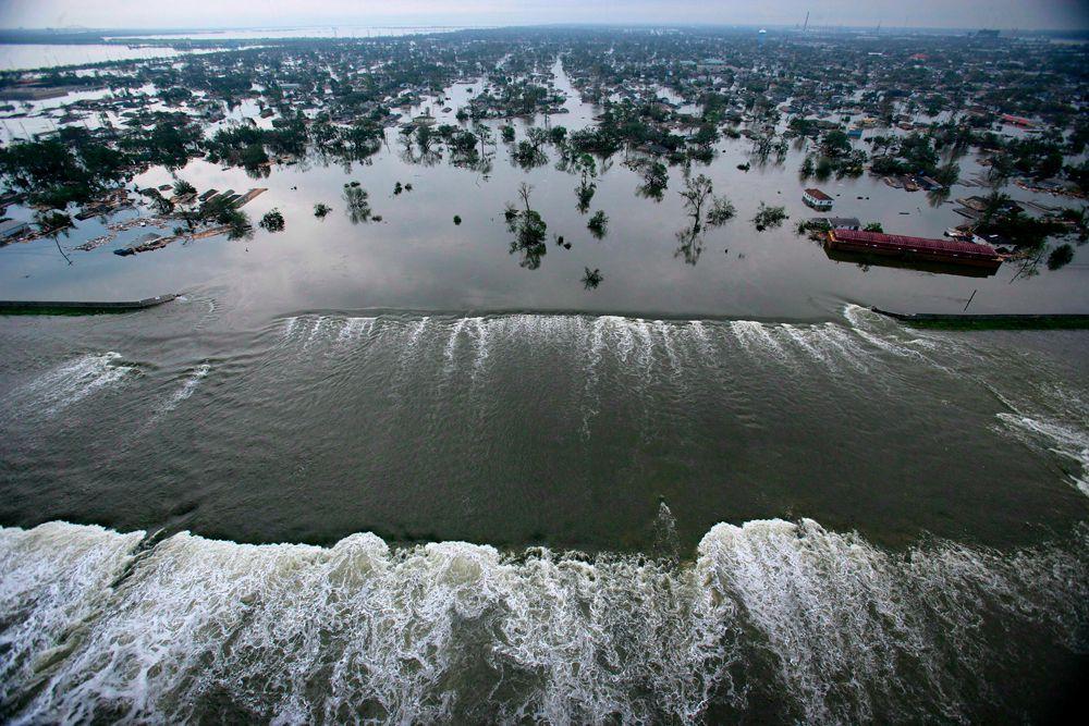 70 % Нового Орлеана лежит ниже уровня моря, город с трёх сторон окружён водой: Мексиканский залив, река Миссисипи и озеро Пончартрейн.