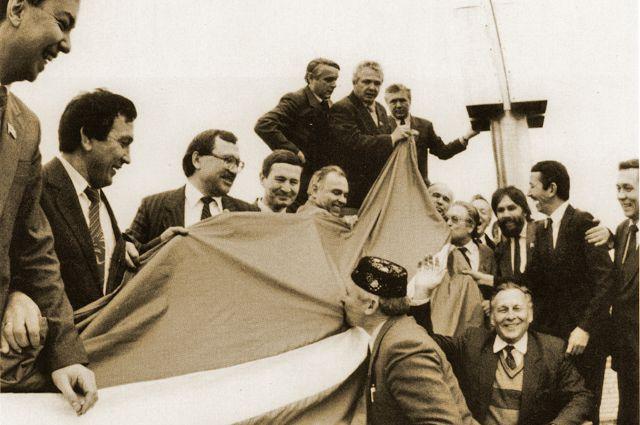 Исторический кадр - депутаты Госсовета с флагом Татарстана
